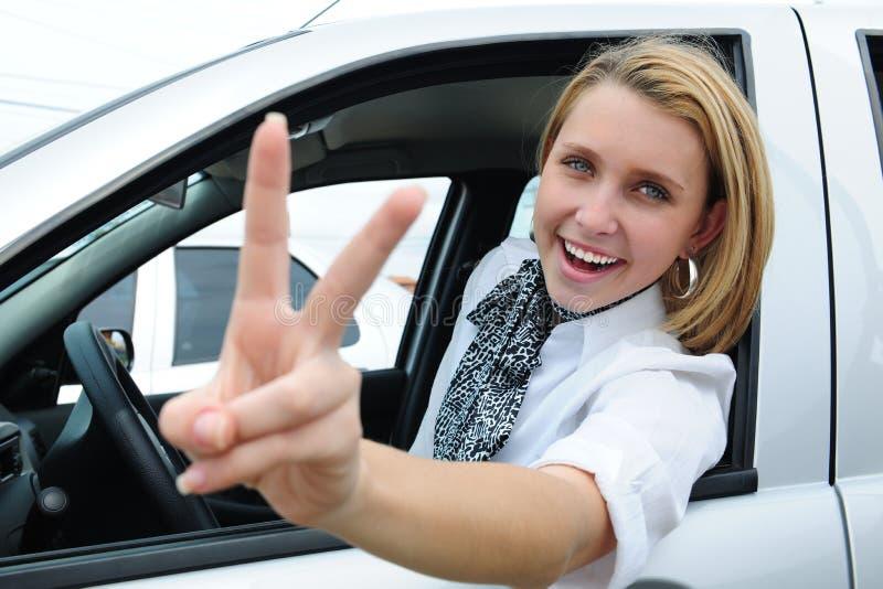 Femme heureux conduisant un véhicule neuf images libres de droits