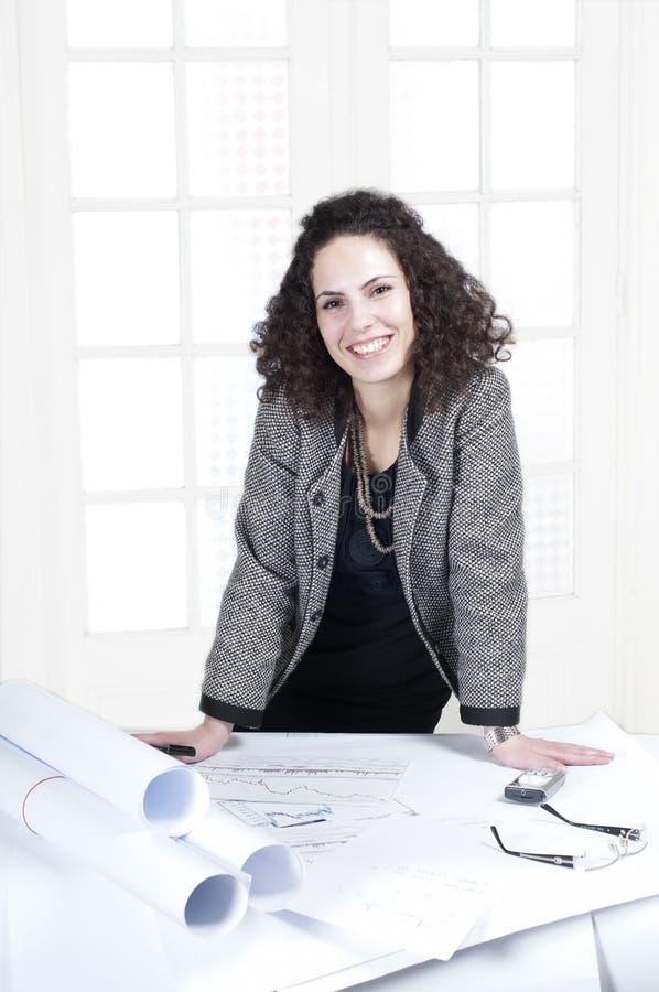 Femme heureux d'affaires au travail image libre de droits