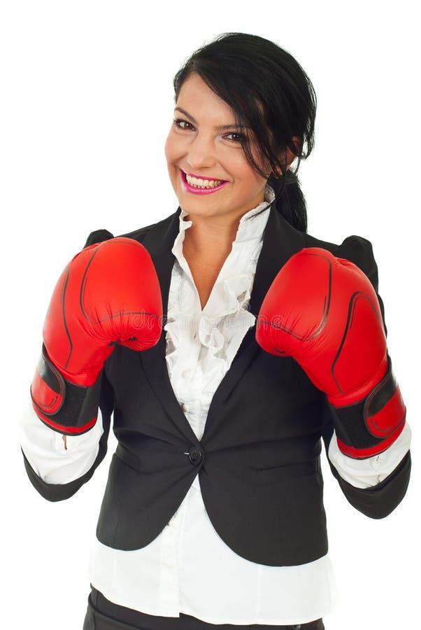 Femme heureux d'affaires avec des gants de boxe images stock