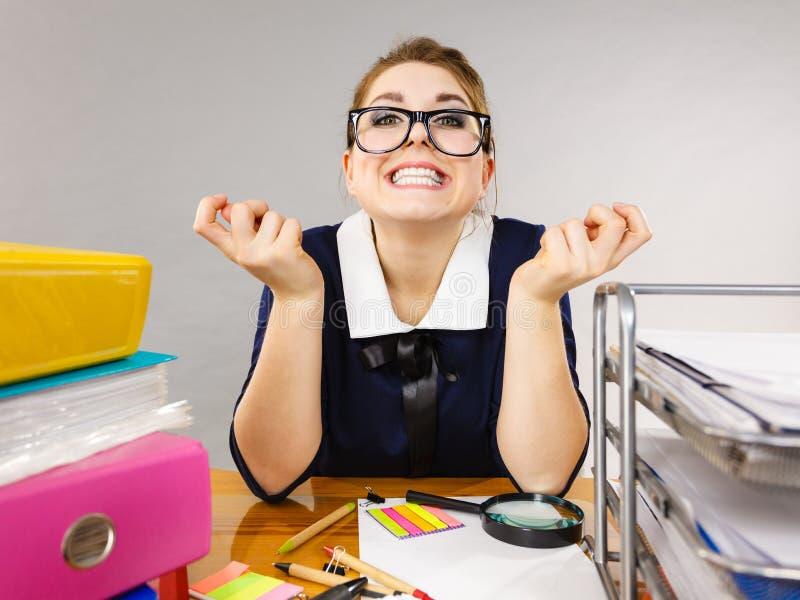 Femme heureux d'affaires dans le bureau photos libres de droits