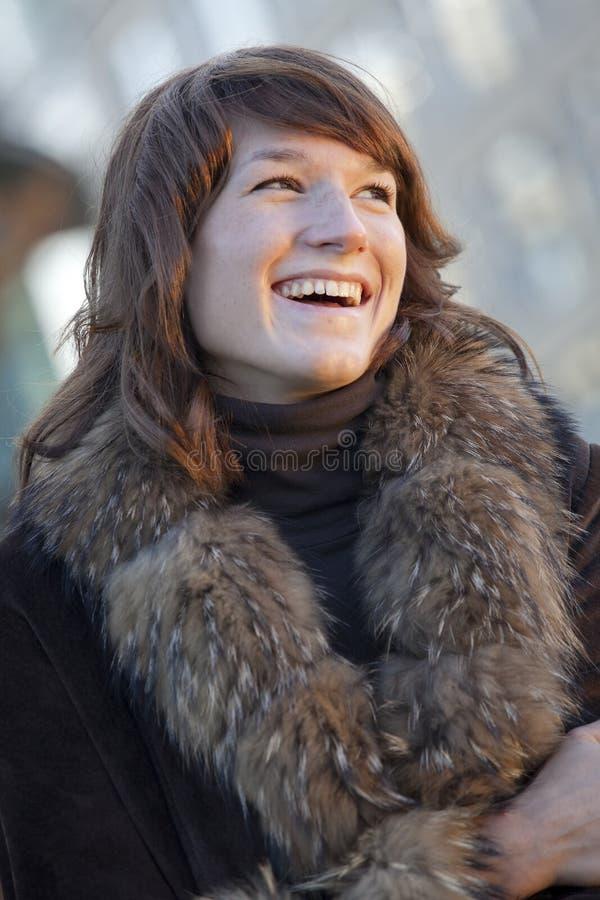 Femme heureux dans la couche de renard photographie stock