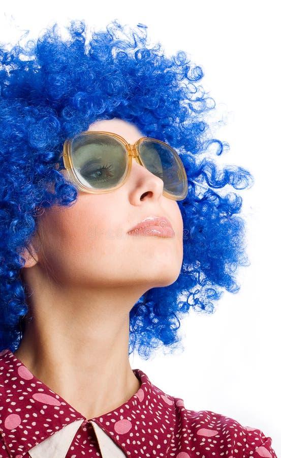 Femme heureux dans la perruque bleue image stock
