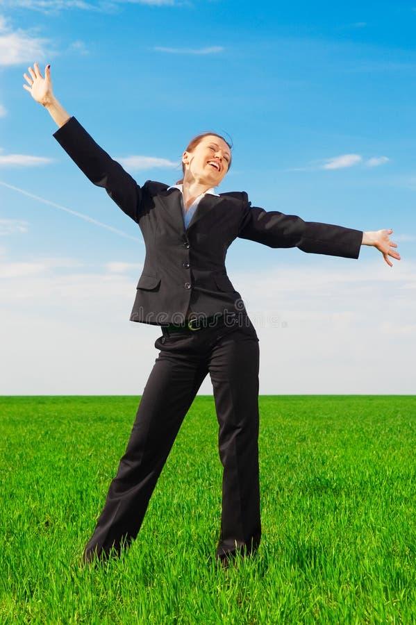 Femme heureux dans le costume noir photographie stock libre de droits