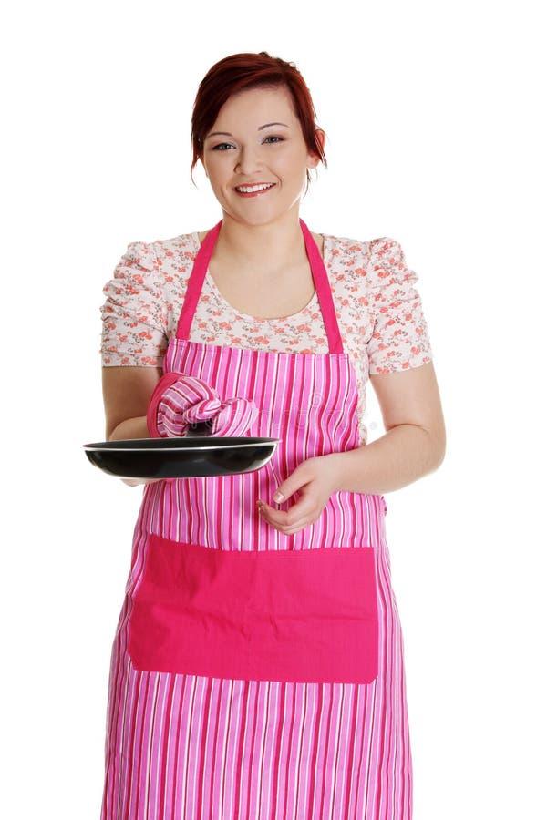 Femme heureux dans le tablier rose de cuisine. photos libres de droits