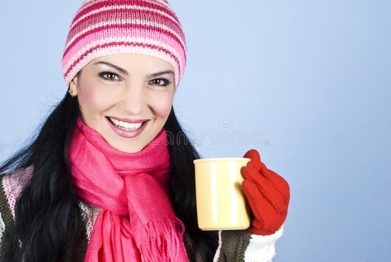 Femme heureux de l'hiver retenant la boisson chaude image libre de droits