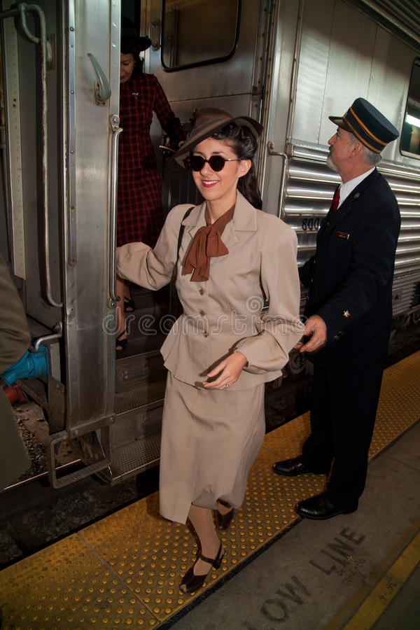 Femme heureux descendant du train photographie stock