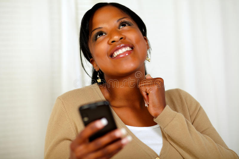 Femme heureux envoyant un message avec texte par le mobile photos stock