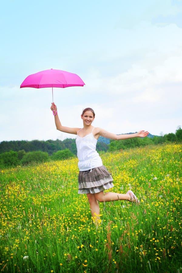Femme heureux extérieur avec un parapluie photo libre de droits