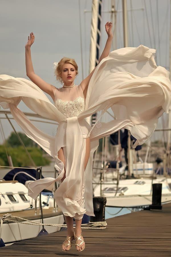 Femme heureux Jolie fiancée dans le club de yacht photo stock