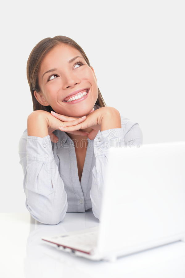 Femme heureux pensant avec l'ordinateur image libre de droits