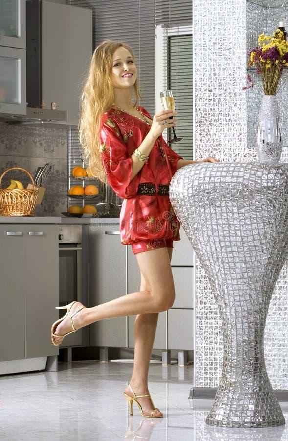 Femme heureux portant la robe rouge image stock