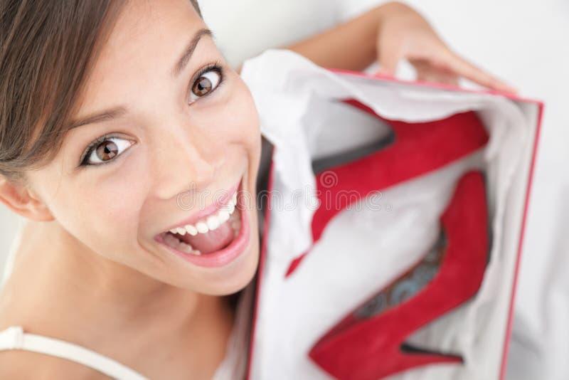 Femme heureux pour des chaussures comme cadeau photos stock