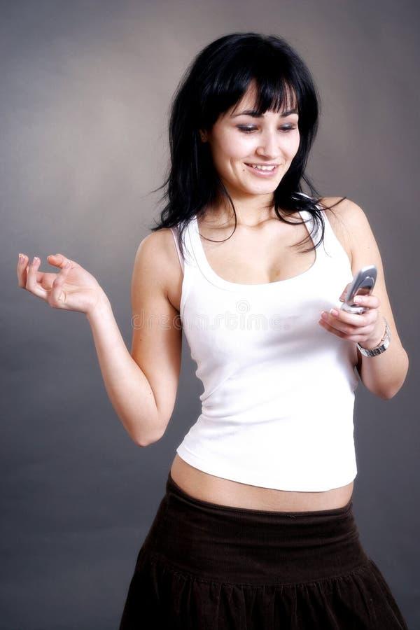 Femme heureux recevant l'appel téléphonique photo libre de droits