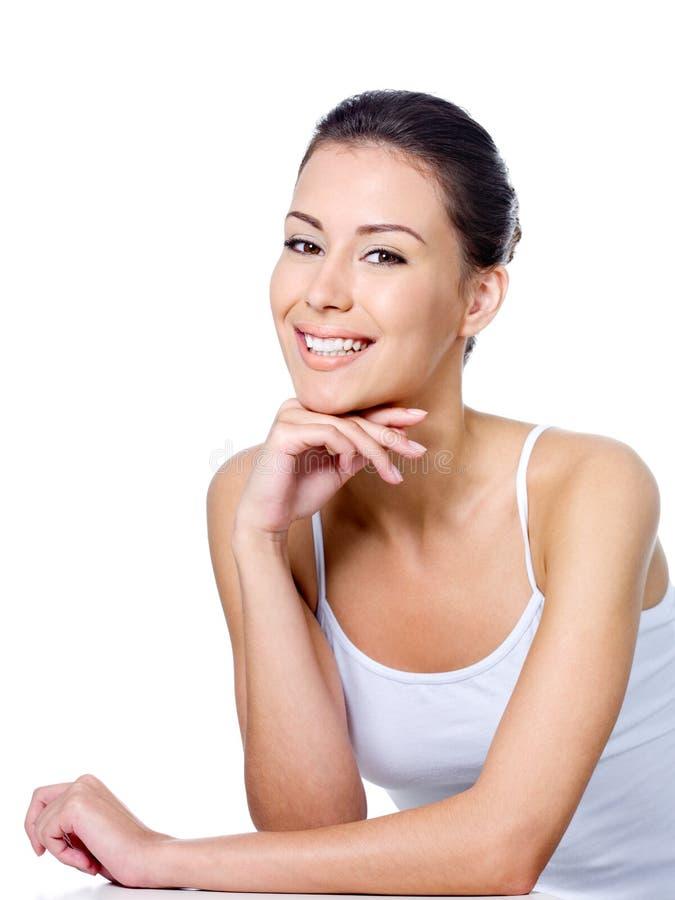 Femme heureux s'asseyant avec le sourire images stock