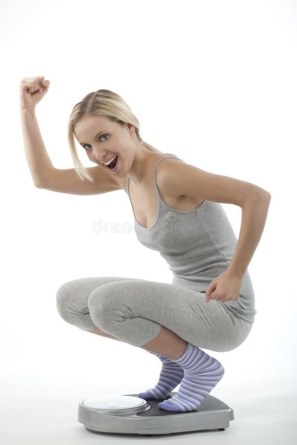Femme heureux sur l'échelle images libres de droits