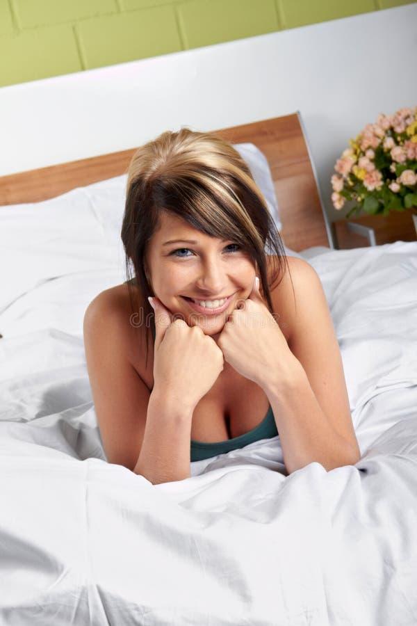 Femme heureux sur le bâti images stock