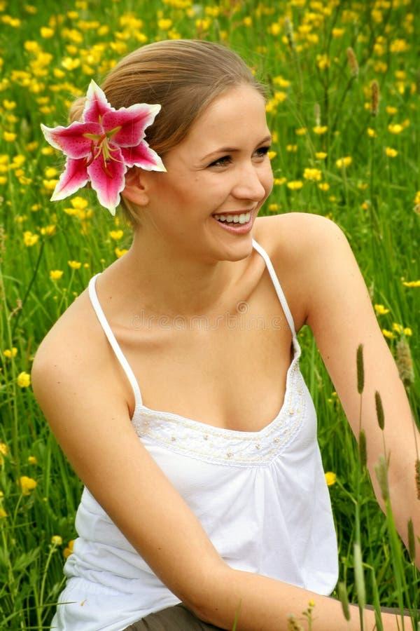 Femme heureux sur le pré photos libres de droits