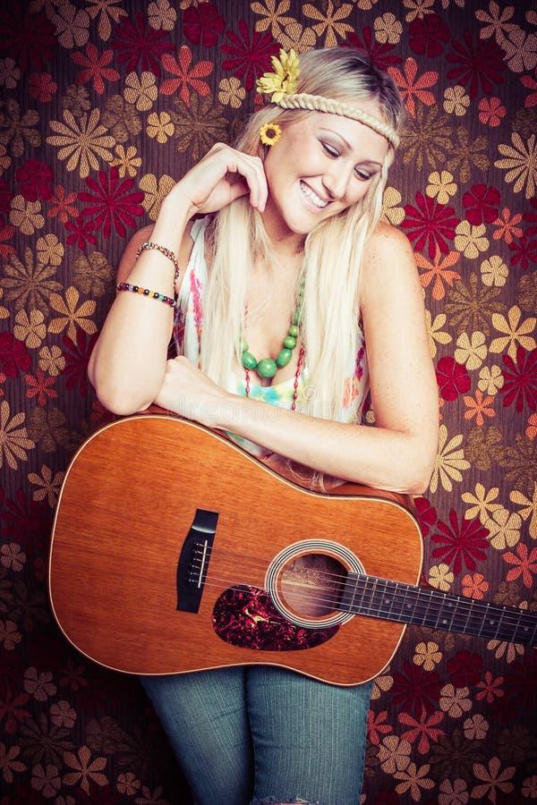 Femme hippie de guitare photographie stock libre de droits