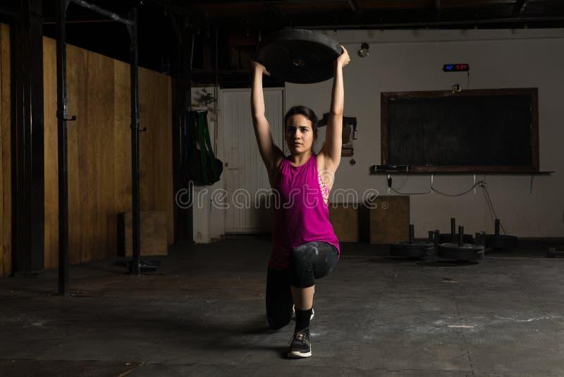 Femme hispanique établissant à un gymnase image libre de droits