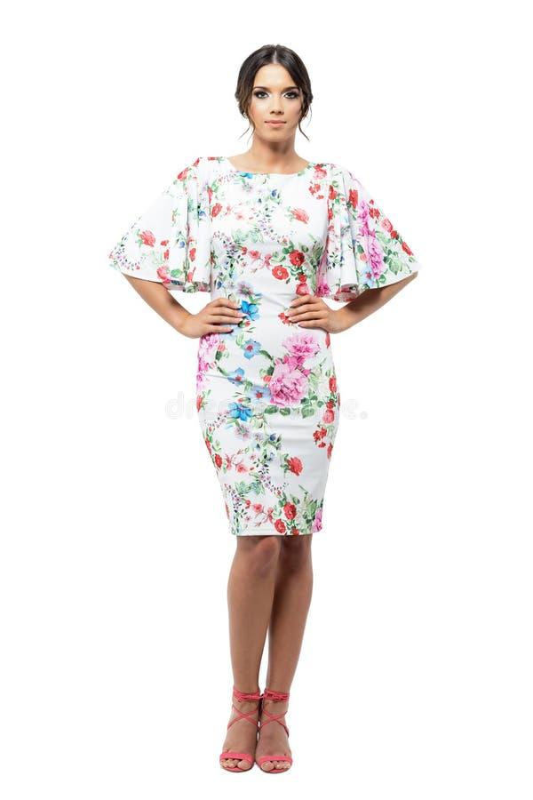 Femme hispanique assez élégante dans la robe de soirée posant et regardant l'appareil-photo photographie stock