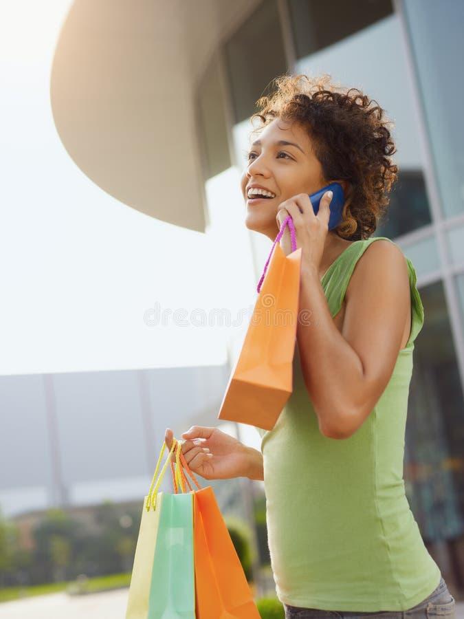 Femme hispanique avec des sacs à provisions photos libres de droits