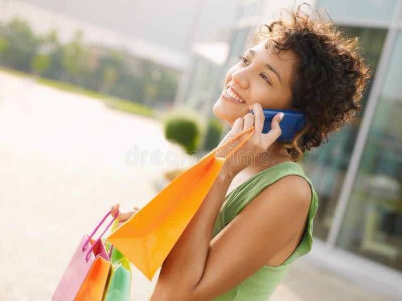 Femme hispanique avec des sacs à provisions photo libre de droits