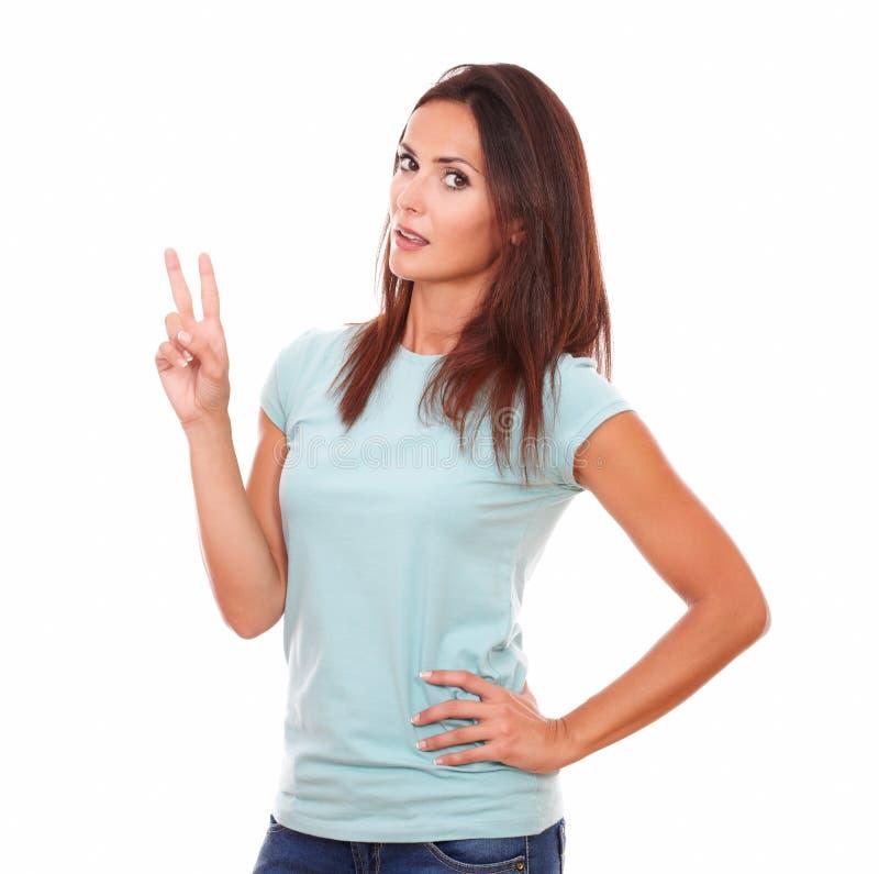 Femme hispanique avec du charme avec le signe de gain images stock
