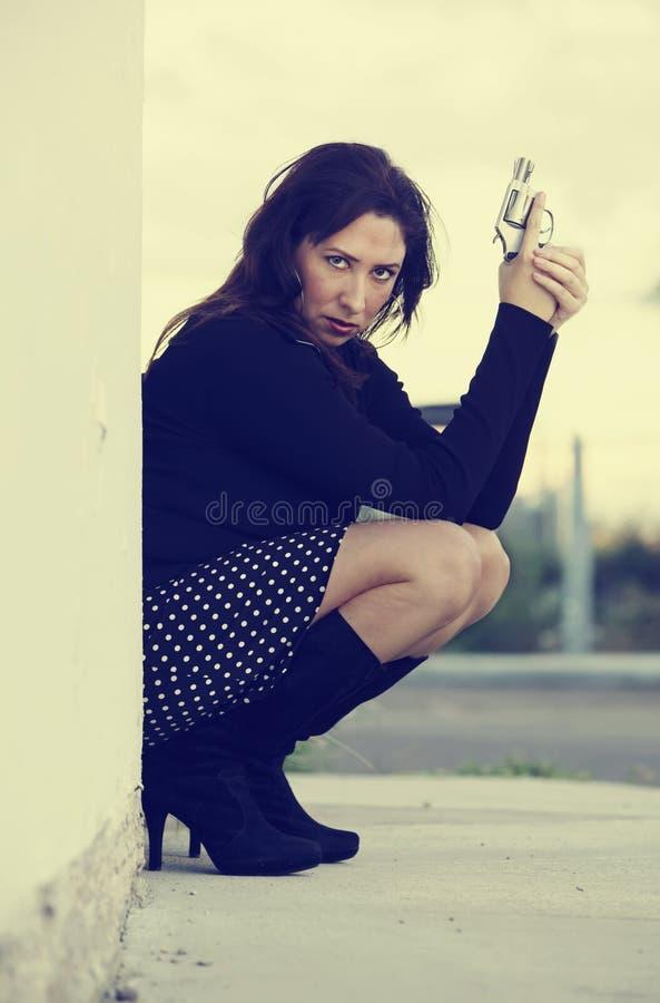 Femme hispanique avec le pistolet image stock