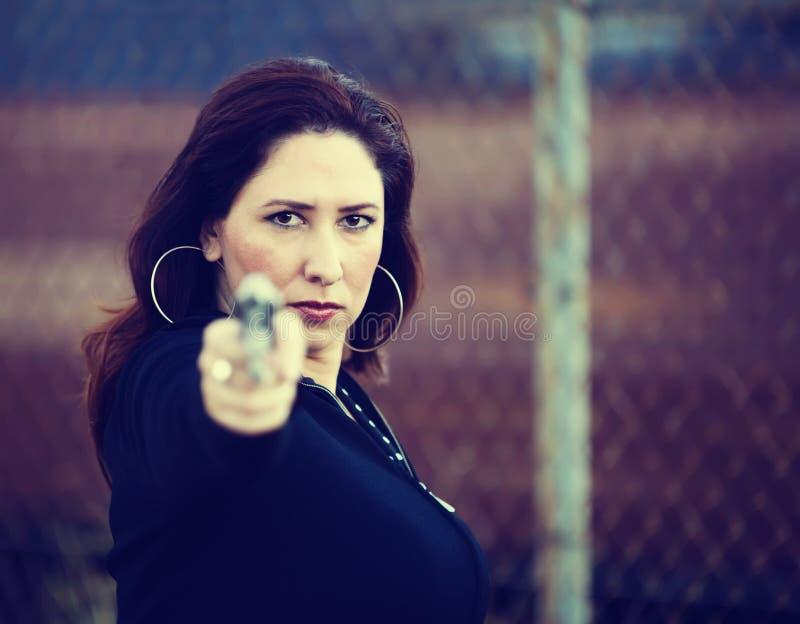 Femme hispanique avec le pistolet images libres de droits
