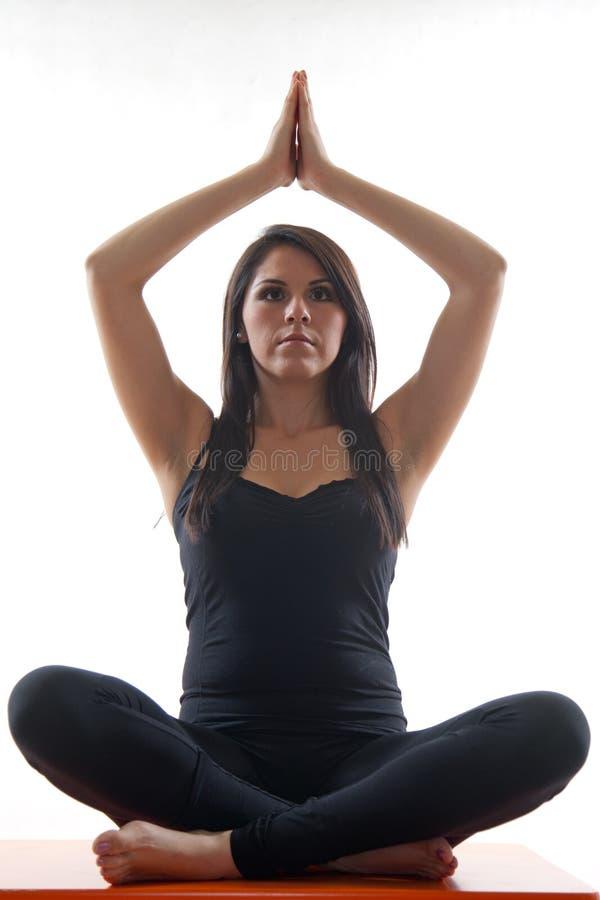 Femme hispanique d'années '20 attrayantes faisant le yoga images libres de droits