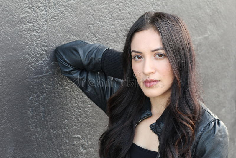 Femme hispanique de brune dans la veste en cuir noire images stock
