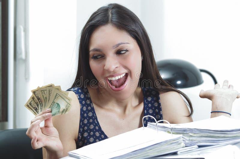 Femme hispanique de bureau de brune s'asseyant par le bureau photographie stock