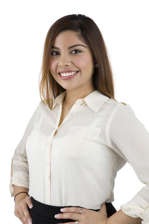 Femme hispanique de sourire avec des mains sur des gratte-culs photo stock