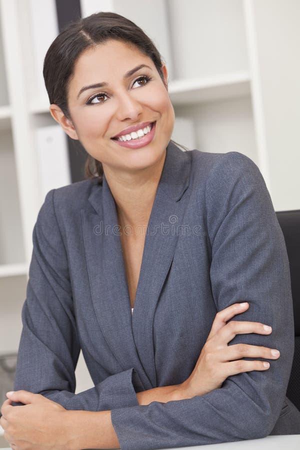 Femme hispanique de sourire heureux de femme d'affaires photo stock