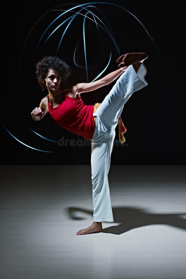 Femme hispanique jouant l'art martial de capoeira photo libre de droits