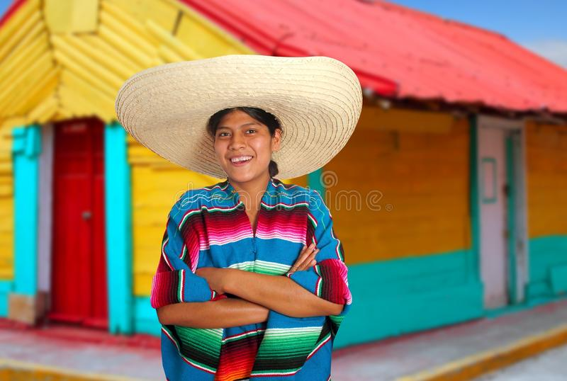 Femme hispanique mexicain latin de poncho de sombrero photo stock