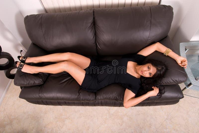 Femme hispanique sexy sur le sofa. photos libres de droits