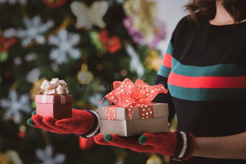 Femme hodling deux boîte-cadeau dans les mains, un plus grand et un smalle photo libre de droits