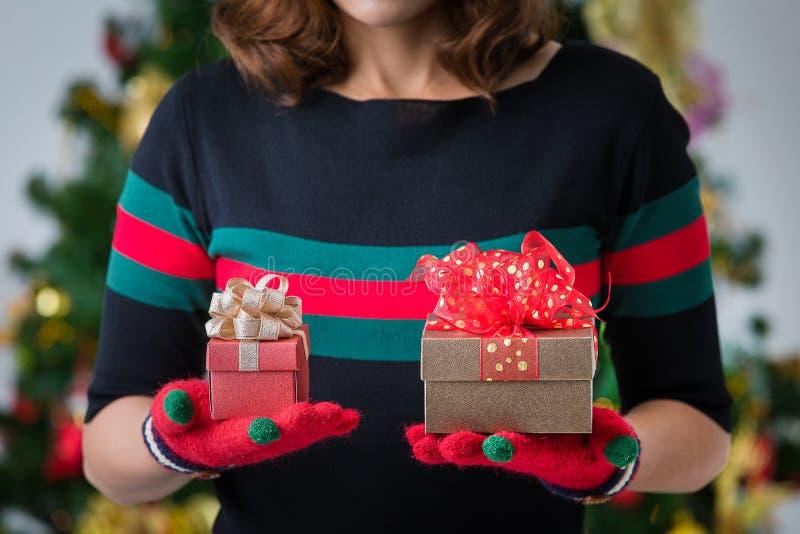 Femme hodling deux boîte-cadeau dans les mains, un plus grand et un smalle photos libres de droits