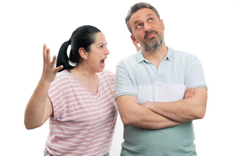 Femme hurlant ? l'homme image stock