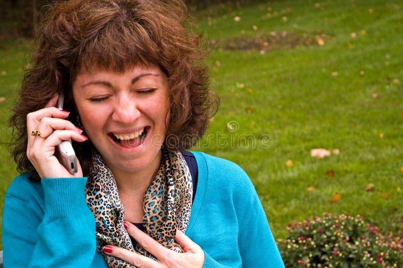 Femme hysterique sur le portable image stock