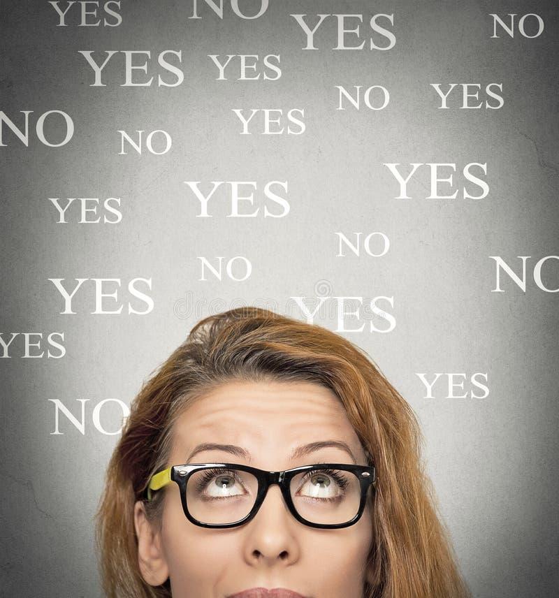 Femme incertaine recherchant, fond avec l'oui aucun choix images libres de droits