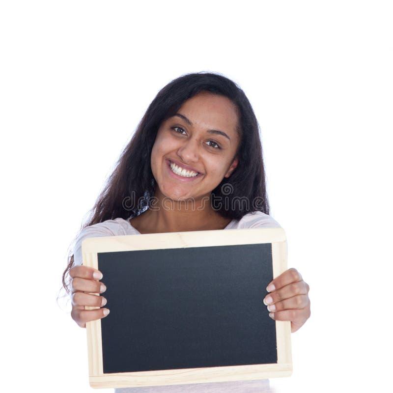 Femme indienne asiatique de sourire tenant le conseil vide photo stock