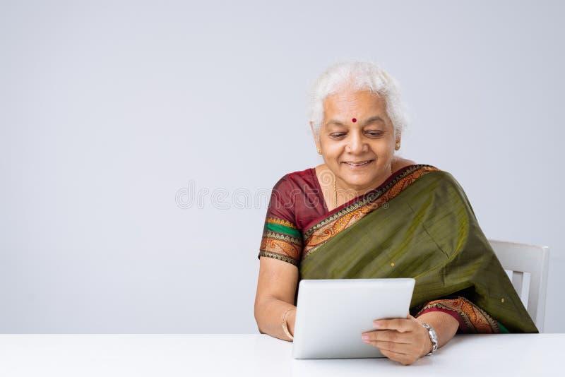 Femme indienne avec le comprimé numérique photo stock