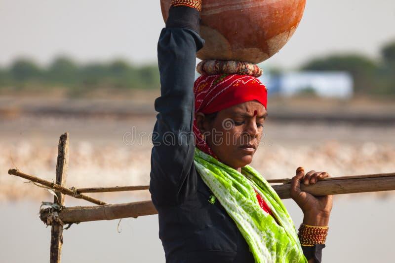 Femme indienne avec le pot d'argile photo stock