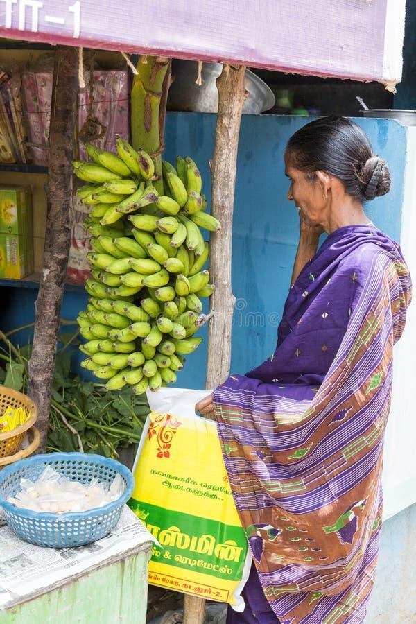 Femme indienne de dame dans les bananes de achat de saree sur un marché près de Pondicherry photo libre de droits