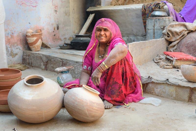 Femme indienne de travailleur faisant des pots d'argile dans Bikaner Rajasthan l'Inde image stock