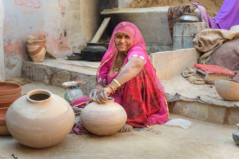 Femme indienne de travailleur faisant des pots d'argile dans Bikaner Rajasthan l'Inde images stock