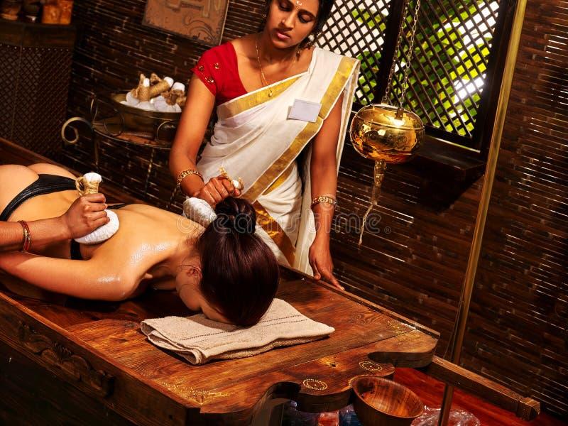 Femme indienne faisant le massage avec un sac de riz photographie stock