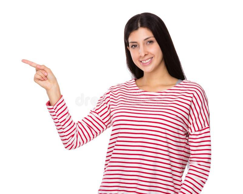 Femme indienne mélangée avec le point de doigt  photo stock